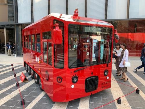 今秋から中池袋公園など池袋駅周辺の4公園を回遊する電気バス「イケバス」も展示されていた。車両デザインは、JR九州のクルーズトレイン「ななつ星in九州」などを手掛けた水戸岡鋭治氏だ(写真:日経BP総研)