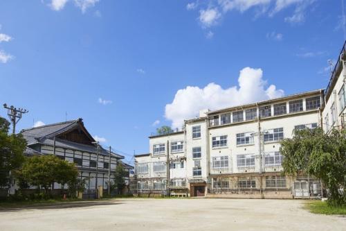 解体作業前の元新道小学校と宮川町歌舞練場。地域の歴史、文化を支えてきた(資料:NTT都市開発)