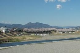 市営プール側から見た厚木野球場(左)と海老名市側からの全景(提供:厚木市)