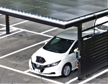 ソーラーカーポートから充電する公用車EV