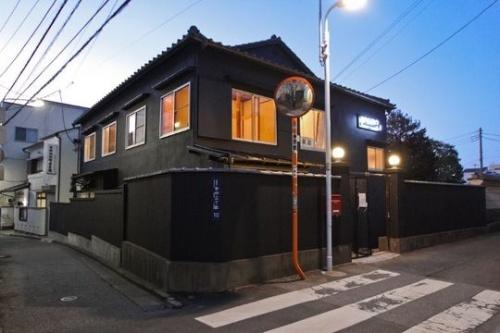 「hanare」レセプションは、カフェやギャラリーが入る複合施設「HAGISO」の一角にある。この建物は、もともと東京藝術大学の学生がアトリエなどに利用しており、老朽化で解体される予定だったものをリノベーションしたもの(写真:HAGI STUDIO)
