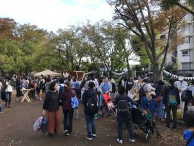 Yanasegawa Marketの様子。親子連れなどで賑わい、活気にあふれている