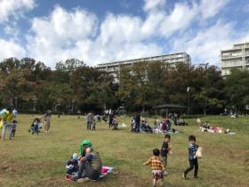 公園内での開催のため、子供たちが自由に遊べる(写真:左右2点とも稲垣憲治)