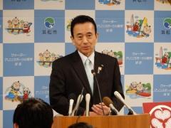 記者会見する浜松市の鈴木市長。1月31日に上水道コンセッションの延期を発表した(写真:浜松市)