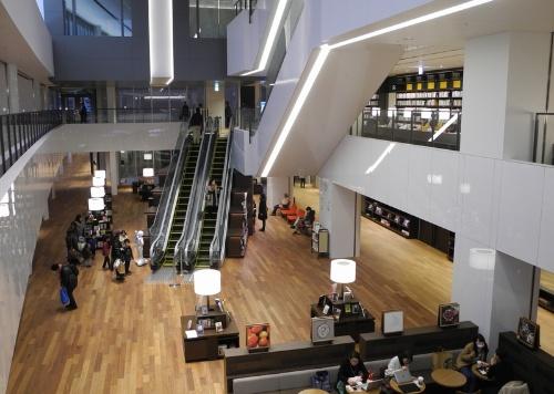 1階から3階まで吹き抜けになったエントランスホール(写真:茂木俊輔)