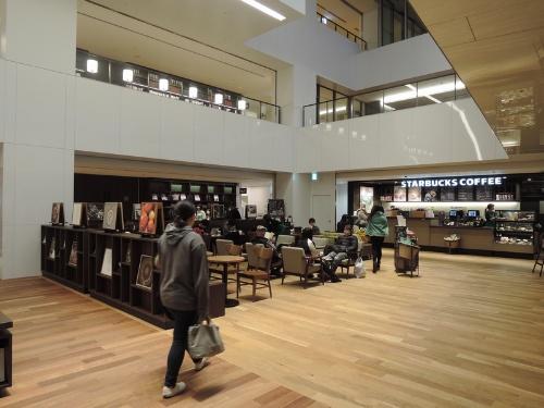 エントランスホールとスターバックスコーヒー。空間的に連続している(写真:茂木俊輔)