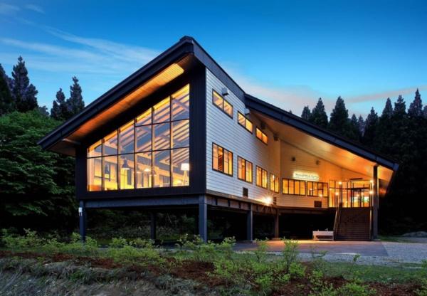 施設の外観。施設内のどの場所からも緑を眺められるように、壁一面のガラス窓を設けた(写真提供:Nature Service)
