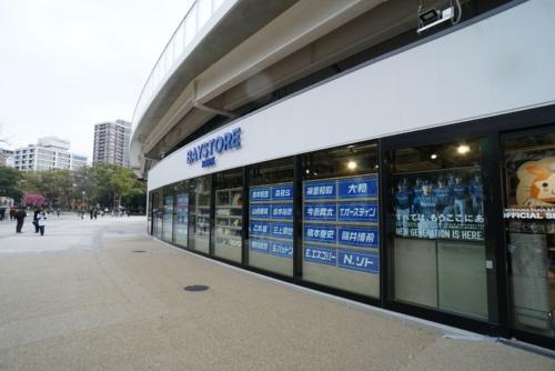 Yデッキ下に設置された「BAYSTORE PARK」外観。横浜公園に面したガラス張りの開放的なファサードだ(写真:日経BP)