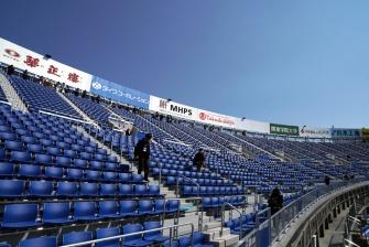 右翼側スタンド「ウィング席」は既存の球場から独立した鉄骨造の施設として建てられている。座席数約3500席・最上部の高さは31mだ(写真:日経BP)