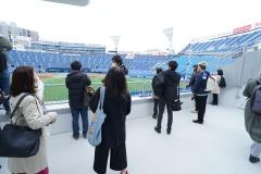 Yデッキ内から外野スタンド位置にせり出したフォトスポット「DREAM GATE STAND」。観客はスタジアムを見渡した背景の記念写真が撮れる。試合開催日以外はシャッターが閉まっている(写真:2点とも日経BP)