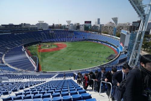 右翼側スタンド「ウィング席」からグラウンドを見下ろす。グラウンドでは翌日のオープン戦に備え、横浜DeNAベイスターズ一軍メンバーの全体練習が行われていた(写真:日経BP)