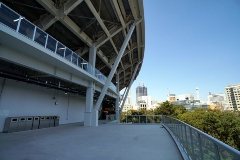 右翼側スタンド3階の通路(写真:日経BP)