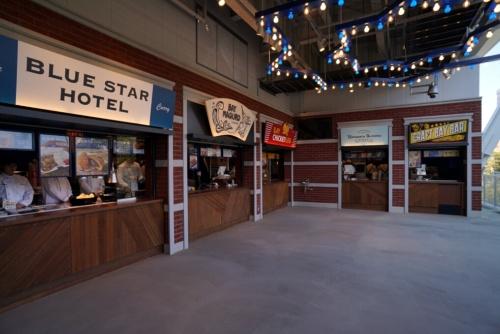 右翼側スタンド3階のフードエリア「BYASIDE ALLEY」には、若手選手寮「青星寮」のメニューを提供する「BLUE STAR HOTEL」、神奈川県三浦市のマグロ料理の老舗「くろば亭」監修の「BAY MAGURO」など、オリジナルメニューを中心とした飲食5店舗が入る(写真:日経BP)