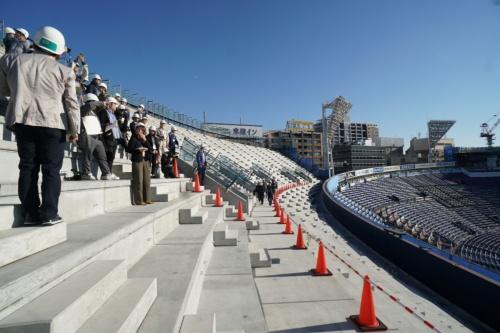 工事中の右翼側スタンド増設分。3500人を収容する。シートなどはこれから施工する(写真:日経BP)