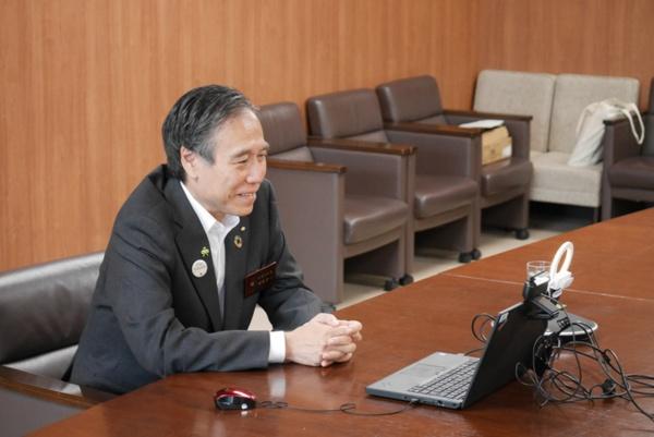 「長野県に拠点を構え、豊かなライフスタイルを実現して欲しい。我々は多様な人、企業に『選ばれる長野県』を目指し、オール信州で移住やワーケーションに関する取り組みを進めています」と話す、長野県知事・阿部守一氏。取材は軽井沢のワークスペースからオンラインで行われた。現在、長野県では大都市圏からの人や企業の呼び込み強化のため、県内市町村や民間団体と連携した「信州回帰プロジェクト」が進められている (写真提供:長野県)