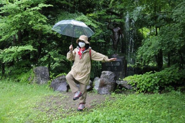 大阪の陣の後に逃げのびた豊臣方の武将が1615年に発見したといわれる奥薬研温泉は、古くからかっぱの伝説が語られてきた。その像(奥)のバランスポーズに似た姿をツアーに取り入れているのがあっぱれ。雨模様の当日、傘をさしてのアクションは、まさしくふきの葉を掲げるかっぱそっくりに