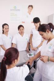 アクティブ・グローバル社のトレーニング風景。母国での看護婦や介護士経験が豊富でも、香港で一般的なケア方法を学ぶことが大切だという(写真:アクティブ・グローバル社提供)