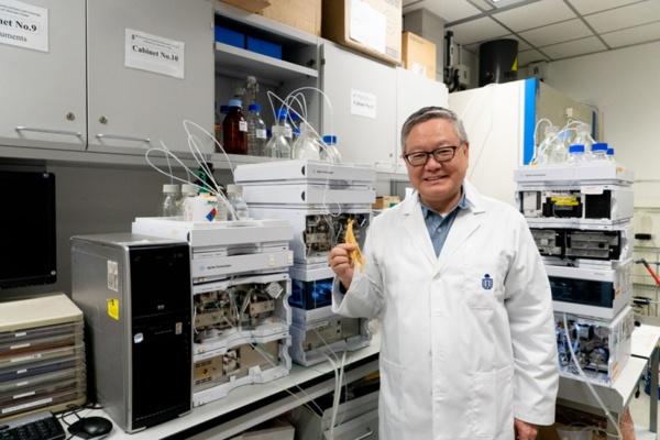 HKUSTの実験室で漢方薬のメカニズム解析を続けるカール・ツィム教授(写真:筆者が撮影)