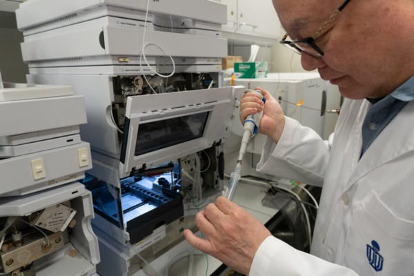 HKUSTの実験室で漢方薬の研究を続けるカール・ツィム教授。HKUSTは2021年度世界大学ランキング27位の超一流大学だ(写真:筆者が撮影)
