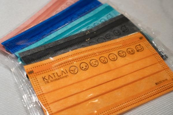 レイ氏のブランド「KAT LAI DK Aromatherapy」のオリジナルマスクは、中医学の基本である火、水、木、金、土の五行要素に合わせてブレンドしたエッセンシャルオイルを染みこませており、色もそれぞれの要素を示している。10枚入り59香港ドル