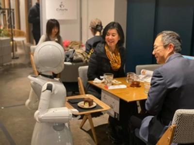 2019年に実施した「分身ロボットカフェ」の様子(写真:オリィ研究所)(写真:オリィ研究所)