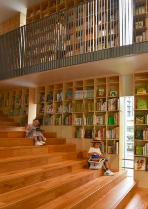 「こども本の森 中之島」では子どもたちが思い思いの場所で本を楽しむことができる(写真提供:安藤忠雄建築研究所)