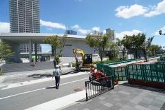 現在、「こども本の森 中之島」前の車道は通行止めになっており、歩行者区間とする工事が行われている(写真:日経BP)