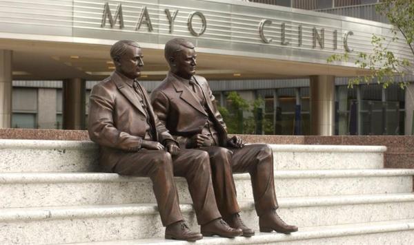 <b>メイヨークリニック創設者Mayo Brothers</b> (写真提供:Robert K. Smoldt [Emeritus CAO, Mayo Clinic])