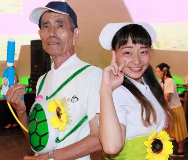 看護師グループ主催の介護予防イベントでのひとこま。右が平岡史衣氏(提供:平岡氏)