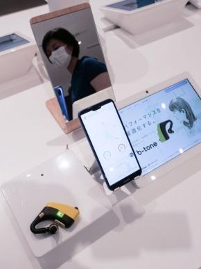 凸版印刷が韓国SOSO H&Cと共同で開発したイヤホン型脳波デバイス「b-tone」。最終プロトタイプを体験型店舗「b8ta Tokyo - Yurakucho」で展示する(撮影:加藤 康)
