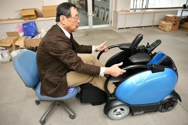 椅子からの移乗を試みる松尾氏
