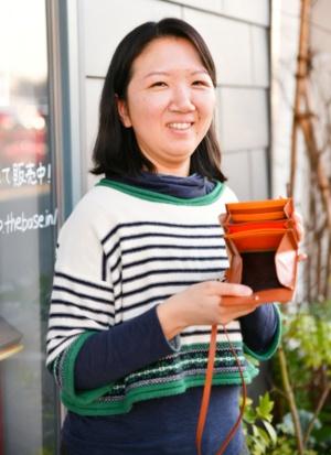 清水祥子さん。お店の前で