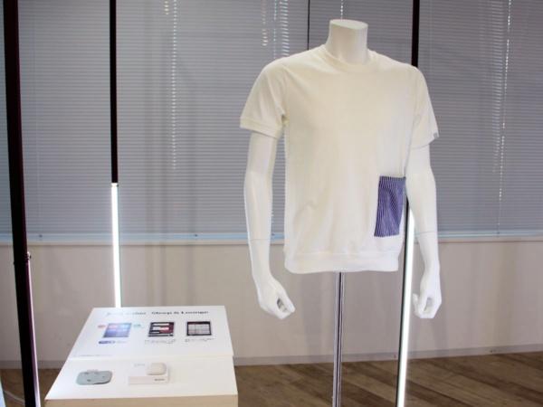 Xenomaの「e-skin Sleep&Lounge」を使ったパジャマの例。一見、普通のパジャマや部屋着のように見えるが、ポケットの内側部分にワッペン型の睡眠計測機が配置されている(撮影:Beyond Health)