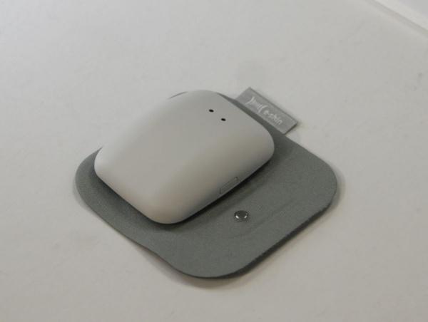 ワッペン型の基板にハブを接続したところ。ハブは6軸センサーやコントローラー、電池、無線通信機能等を搭載する(撮影:Beyond Health)