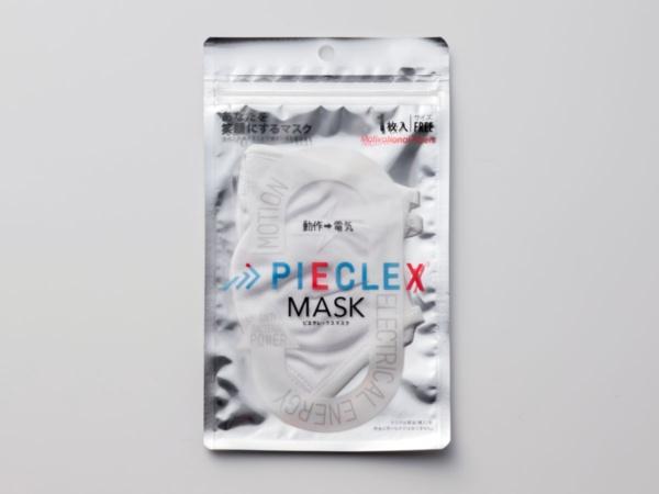 ピエクレックスが開発した「PIECLEX MASK」。マスク本体の外層にPIECLEXを採用する。パッケージの右上には「あなたを笑顔にするマスク 生地が伸縮することで機能効果を高めます」の文言がある(撮影:スタジオキャスパー)