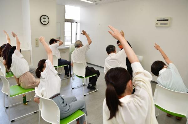 運動に励む高齢者と上智大学の学生さん