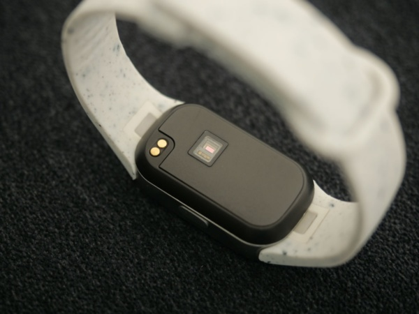 """MOTHER Braceletの本体裏面。筐体に窓が開いている部分は心拍センサー。左上の2つの円形の金属部分は充電用端子。体温や太陽光により発電できない""""万が一""""の場合に備えて充電端子も用意しているという"""