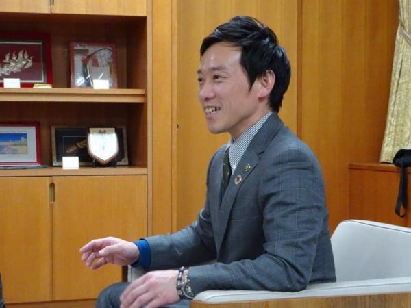 「泉大津市は、南海本線で関西国際空港に約20分でアクセスでき、高速道路ICや国際港湾も有しており、すべての交通インフラのハブになっている。この立地を生かして街づくりをしていきたい」と南出市長(写真:赤坂 麻実)