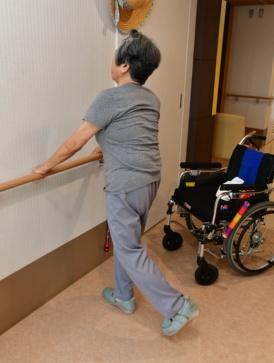 足の曲げ伸ばし運動は「毎日欠かさずやるのよ」と須子田さん