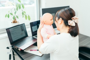 オンラインセミナーの様子。出産直後の乳児の特徴(写真上)や入浴時の抱き方のコツ(同下)などを、人形を使ってレクチャーしている