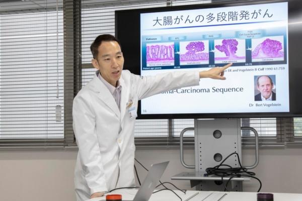 がんの多段階発がんについて説明する谷内田教授