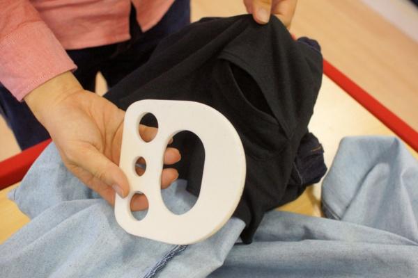「プラスパッドジーンズ」のヒッププロテクター。ジーンズの内側のポケットに装着。脇の大腿骨頸部にフィットするように調整する。なお同じシリーズでチノパンタイプも販売している(写真:筆者が撮影)