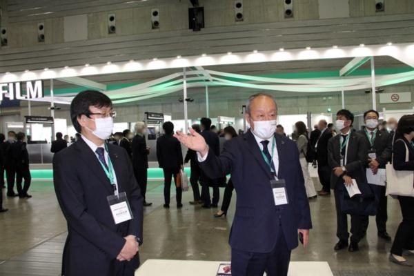 ブースツアー冒頭に挨拶した富士フイルム取締役専務執行役員の後藤氏(右)と富士フイルムヘルスケア代表取締役社長の山本氏