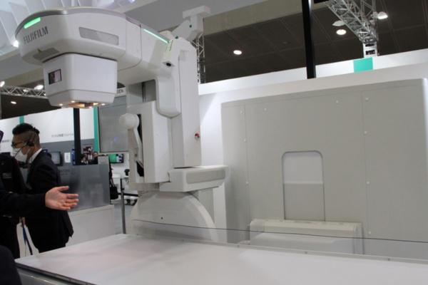 内視鏡手術の際にX線診断装置を組み合わせて使用するX線投写部が自在に可動できる「CUREVISTA Open」