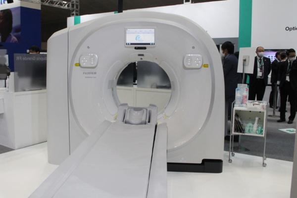 富士フイルムヘルスケアのブースにはCTやMRIなどを展示。写真は64列128スライスCT「SCENARIA View」(写真:増田 克善、以下同)