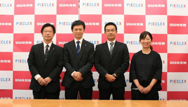 発表会の参加メンバー。左から橋本氏、松川氏(以上、UHA味覚糖)、玉倉氏、安藤氏(以上、ピエクレックス)