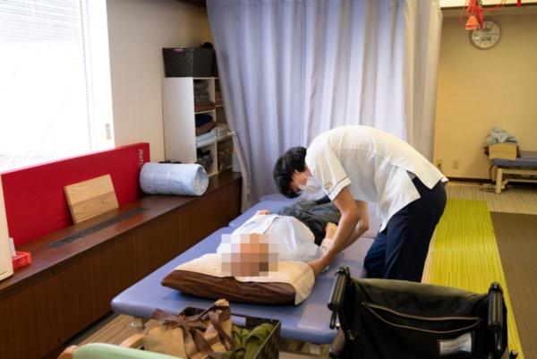 「脳梗塞リハビリセンター」での手足の動き改善に向けたリハビリの様子(撮影:大亀 京助、写真の一部を加工しています)