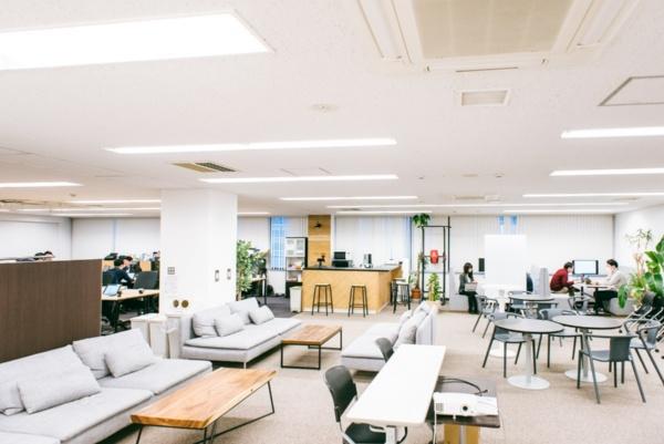 今回訪問した東京都中央区築地にあるオフィス。2018年夏に、新宿区四谷から現在のオフィスに移転した。全国の薬局への商談や導入を考慮し、新幹線と飛行機利用に便利な立地を選んだという(写真:川島 彩水、以下同)
