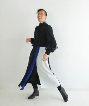 巻きスカートのような形状のボトモール。ウエスト部分は着脱しやすいようにマジックテープを採用したほか、車いすに座った状態でも丈が短くなり過ぎないように前下がりに設計。デザインは男性でも違和感なく履けるように複数の色の布地を組み合わせたほか、プリーツ加工のパーツも入れて袴のようなテイストに仕上げた(写真:武藤奈緒美、以下注記のないものは同)