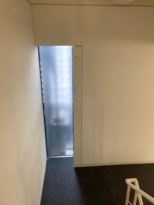 階段の踊り場に設置したビーコン(写真:鹿島)